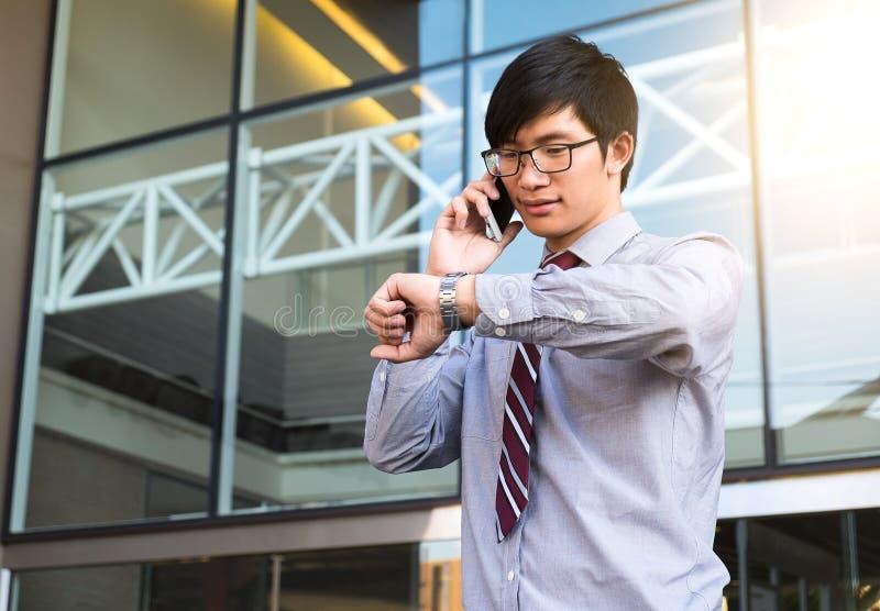 Ανώτερος υπάλληλος σε μια βιασύνη, επιχειρηματίας που εξετάζει το ρολόι του σε διαθεσιμότητα, στοκ εικόνα με δικαίωμα ελεύθερης χρήσης