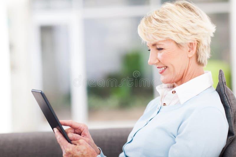 Ανώτερος υπολογιστής ταμπλετών γυναικών στοκ φωτογραφίες