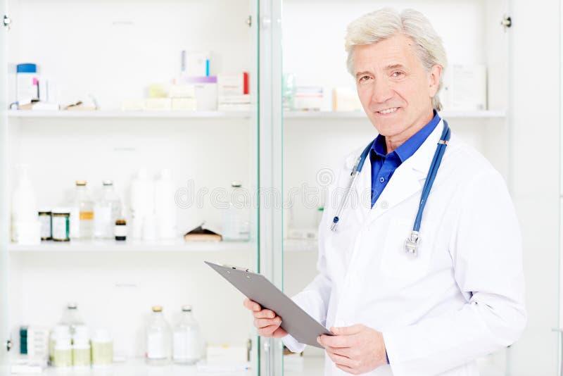 Ανώτερος φαρμακοποιός στοκ φωτογραφία με δικαίωμα ελεύθερης χρήσης