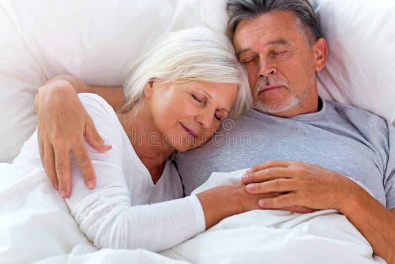 ανώτερος ύπνος ζευγών σπορείων στοκ φωτογραφία με δικαίωμα ελεύθερης χρήσης
