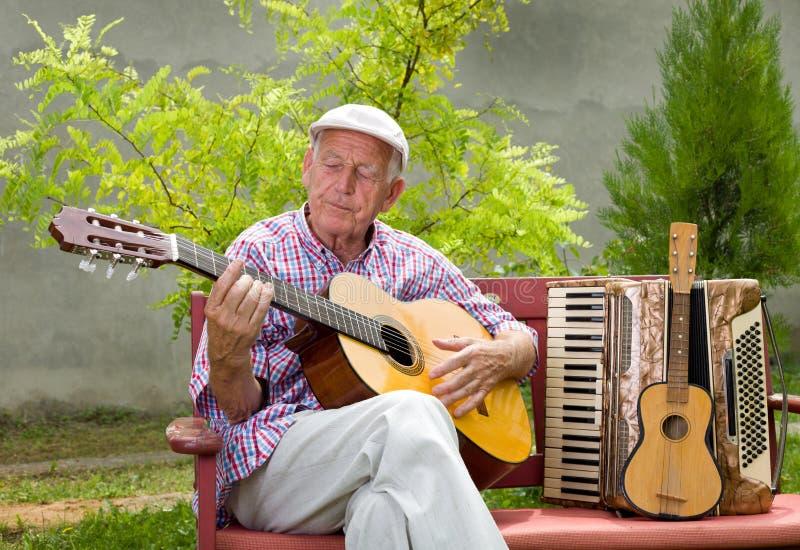 Ανώτερο άτομο με την κιθάρα στοκ φωτογραφία με δικαίωμα ελεύθερης χρήσης