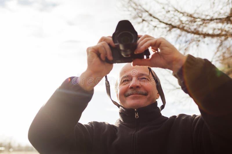 Ανώτερο άτομο με τη κάμερα στην πόλη Κάνει τη φωτογραφία στοκ φωτογραφίες με δικαίωμα ελεύθερης χρήσης