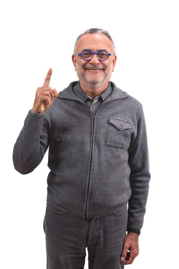 Ανώτερο άτομο με το δάχτυλο με μορφή του αριθμού στοκ εικόνα