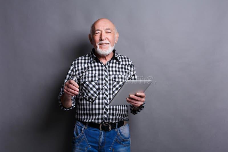 Ανώτερο άτομο με το ψηφιακό πορτρέτο ταμπλετών στοκ εικόνες με δικαίωμα ελεύθερης χρήσης