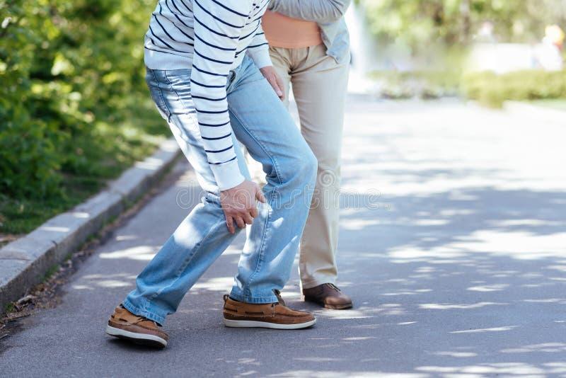 Ανώτερο άτομο που έχει τον πόνο στο γόνατο υπαίθρια στοκ εικόνες με δικαίωμα ελεύθερης χρήσης