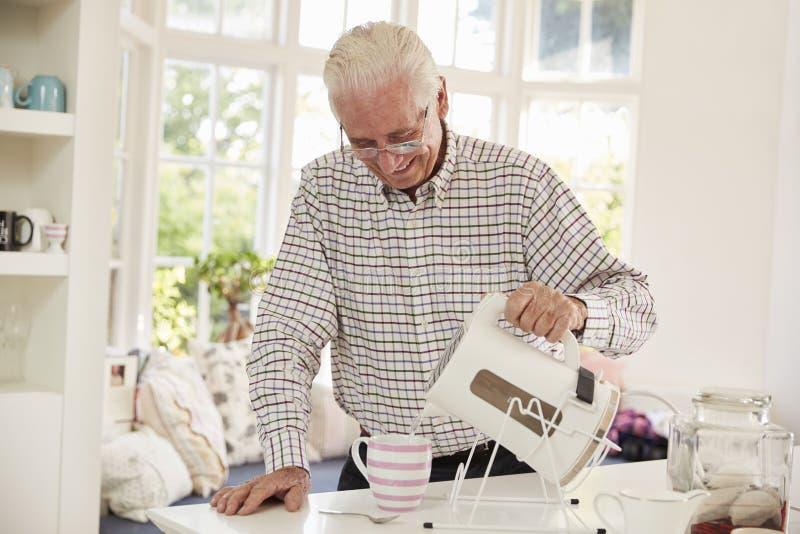 Ανώτερο άτομο που κάνει το φλυτζάνι του τσαγιού στο σπίτι στοκ εικόνες με δικαίωμα ελεύθερης χρήσης