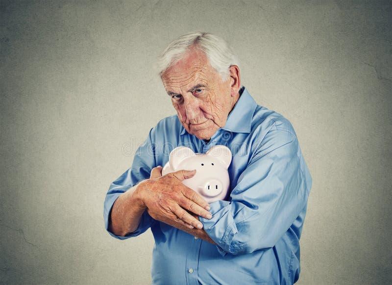 Ανώτερο άτομο που κρατά τη piggy τράπεζα στοκ εικόνες με δικαίωμα ελεύθερης χρήσης