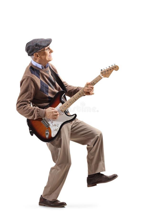 Ανώτερο άτομο που παίζει μια ηλεκτρική κιθάρα στοκ φωτογραφία με δικαίωμα ελεύθερης χρήσης