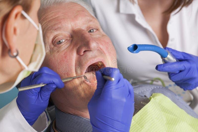 Ανώτερο άτομο στην οδοντική επεξεργασία στοκ φωτογραφία με δικαίωμα ελεύθερης χρήσης