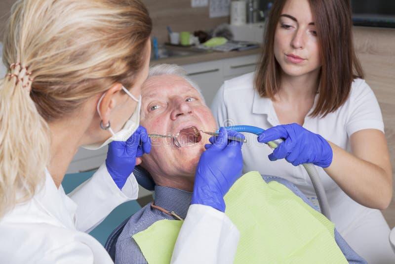 Ανώτερο άτομο στην οδοντική επεξεργασία στοκ εικόνες