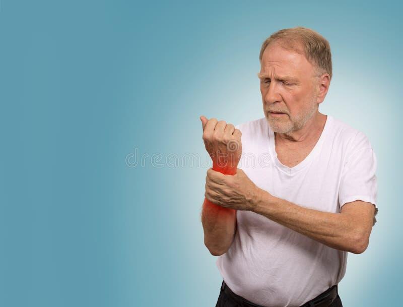 Ανώτερο άτομο στη βασανιστική χεριών αρθρίτιδα καρπών πόνου επίπονη στοκ εικόνα