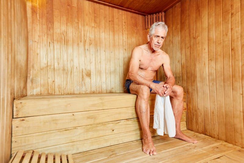 Ανώτερο άτομο στη σάουνα στο ξενοδοχείο SPA στοκ φωτογραφίες