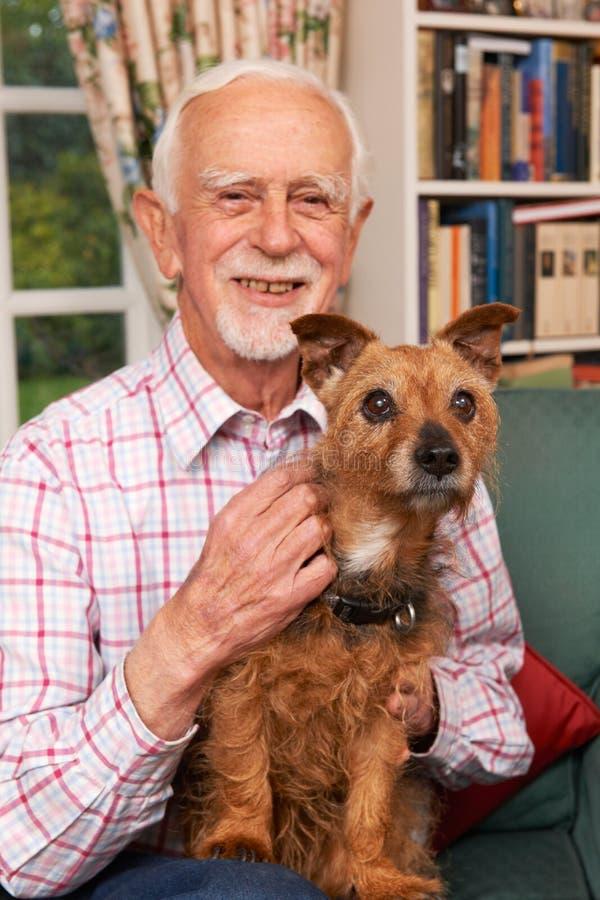 Ανώτερο άτομο στο σπίτι με το σκυλί της Pet στοκ φωτογραφία με δικαίωμα ελεύθερης χρήσης