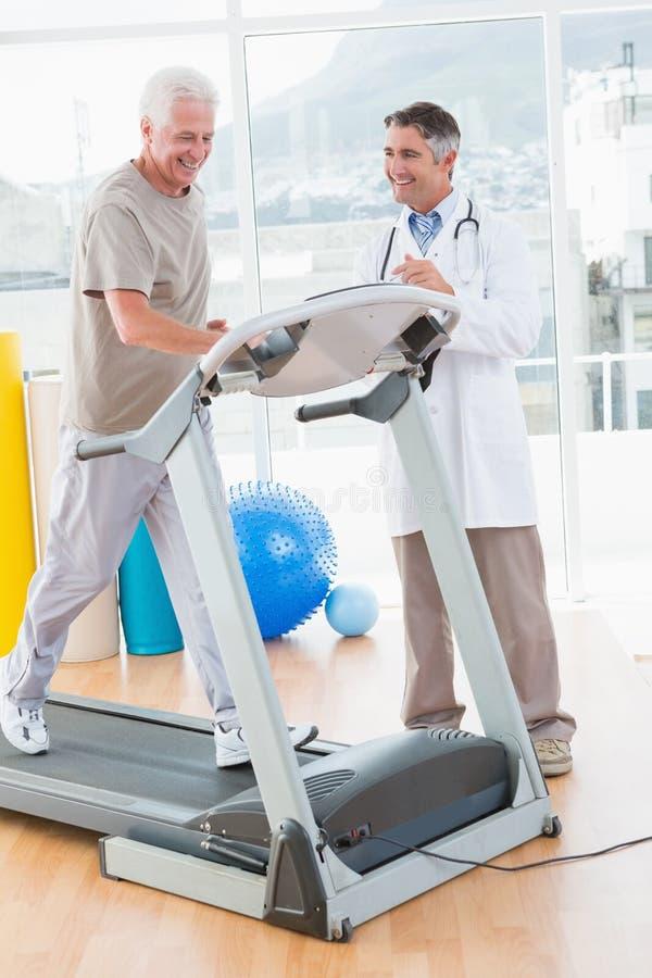 Ανώτερο άτομο treadmill με το θεράποντα στοκ φωτογραφίες με δικαίωμα ελεύθερης χρήσης