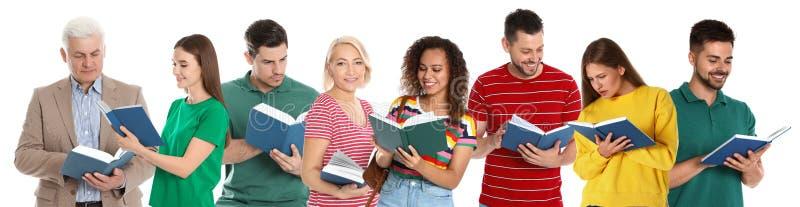 Ανώτερο βιβλίο ανάγνωσης ατόμων στο λευκό στοκ εικόνες