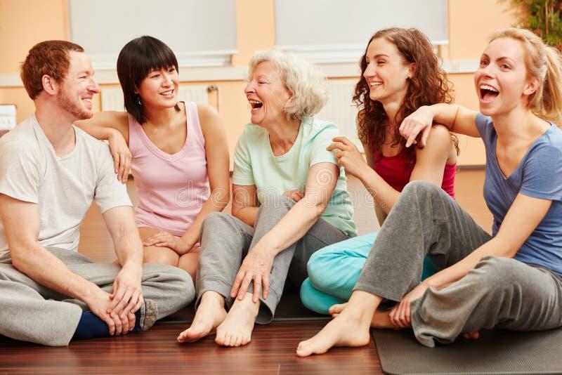 Ανώτερο γέλιο γυναικών και ομάδας στοκ φωτογραφία με δικαίωμα ελεύθερης χρήσης