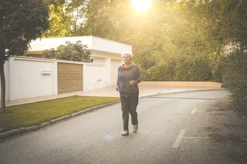 Ανώτερο γυναικών στο πάρκο πόλεων στοκ εικόνες