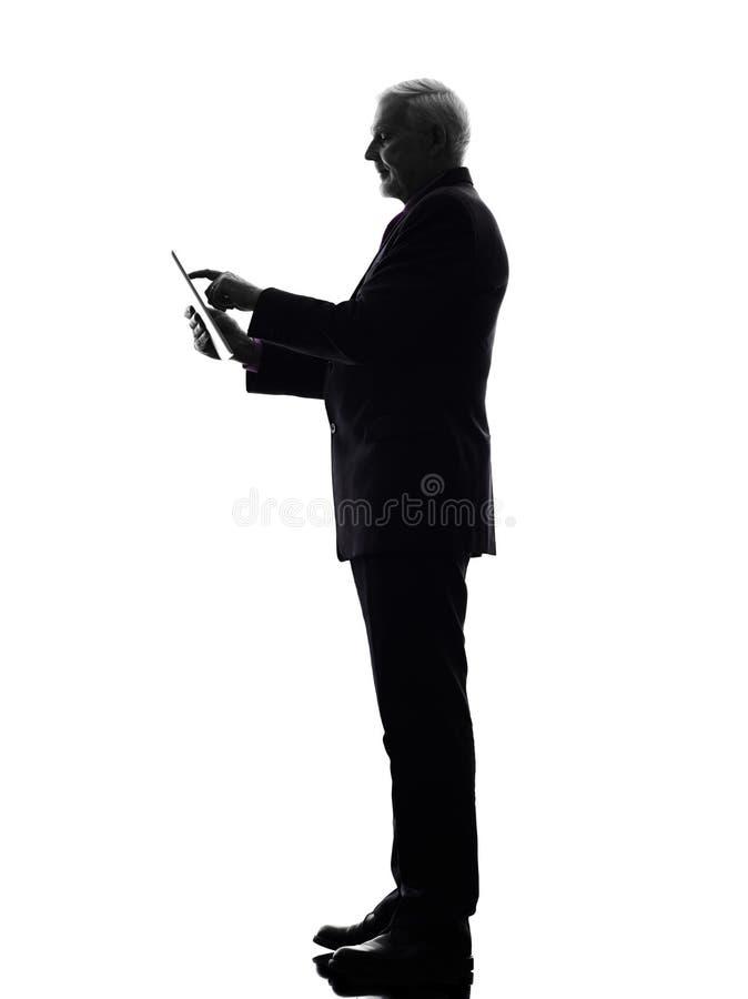 Ανώτερο επιχειρησιακό άτομο που κρατά την ψηφιακή σκιαγραφία ταμπλετών στοκ φωτογραφία με δικαίωμα ελεύθερης χρήσης