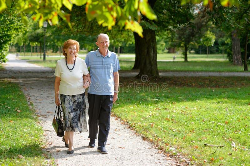 Ανώτερο ευτυχές ζεύγος στοκ φωτογραφίες
