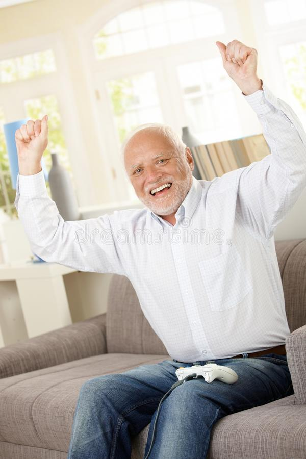 Ανώτερο ευτυχές κερδίζοντας παιχνίδι στον υπολογιστή στοκ εικόνες