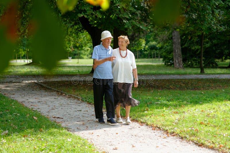 Ανώτερο ευτυχές περπάτημα ζευγών στοκ φωτογραφία