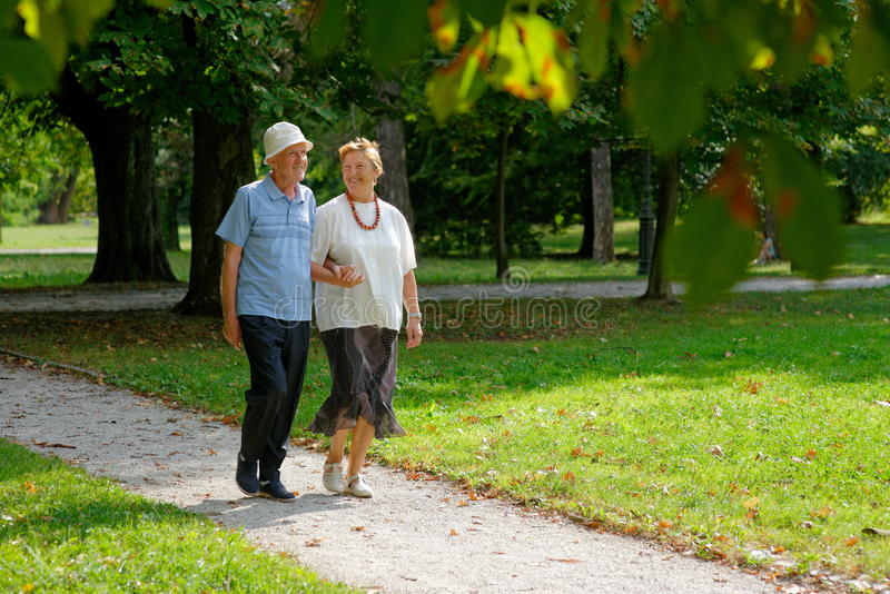 Ανώτερο ευτυχές περπάτημα ζευγών στοκ φωτογραφία με δικαίωμα ελεύθερης χρήσης