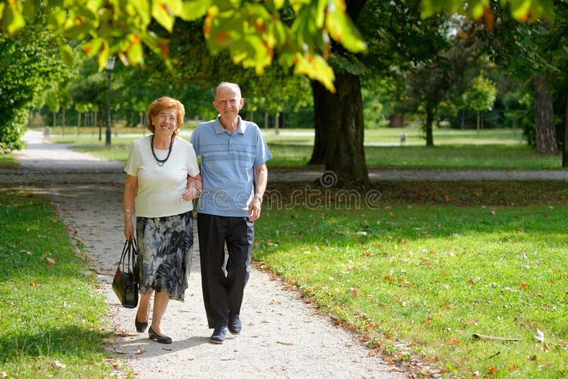 Ανώτερο ευτυχές περπάτημα ζευγών στοκ εικόνες με δικαίωμα ελεύθερης χρήσης
