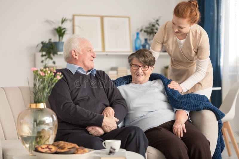 Ανώτερο ζεύγος και προσφορά caregiver στοκ φωτογραφία με δικαίωμα ελεύθερης χρήσης