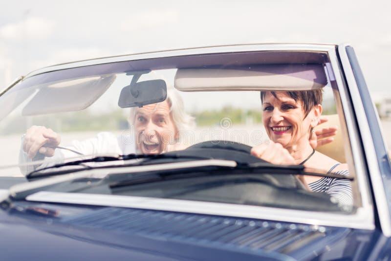 Ανώτερο ζεύγος που ένα μετατρέψιμο κλασικό αυτοκίνητο στοκ φωτογραφία με δικαίωμα ελεύθερης χρήσης