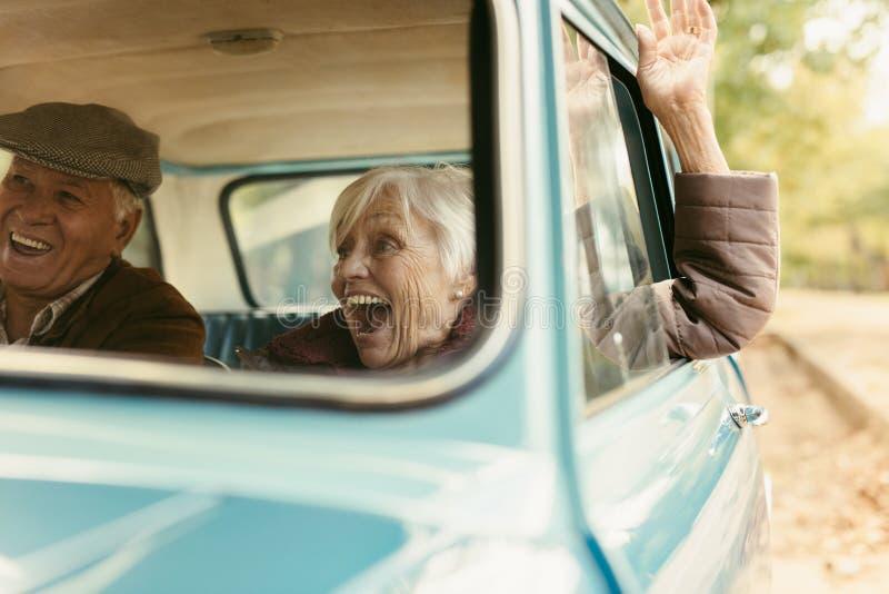 Ανώτερο ζεύγος που απολαμβάνει στο οδικό ταξίδι τους στοκ φωτογραφία με δικαίωμα ελεύθερης χρήσης