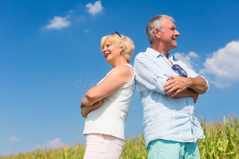 Ανώτερο ζεύγος που απολαμβάνει την ηλιόλουστη ημέρα στοκ εικόνα με δικαίωμα ελεύθερης χρήσης
