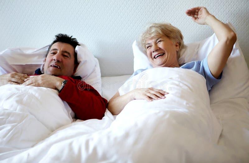 Ανώτερο ζεύγος που βρίσκεται στο κρεβάτι στοκ φωτογραφία με δικαίωμα ελεύθερης χρήσης