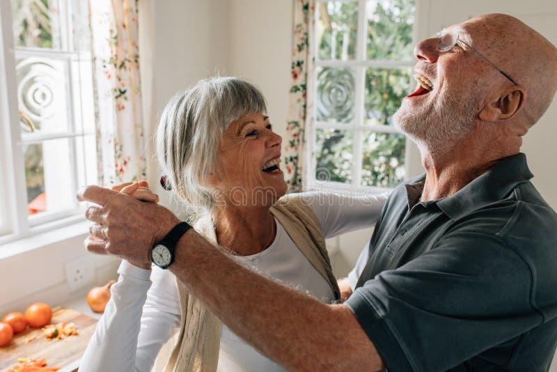Ανώτερο ζεύγος που γελά και που έχει το χορό διασκέδασης στοκ φωτογραφία με δικαίωμα ελεύθερης χρήσης