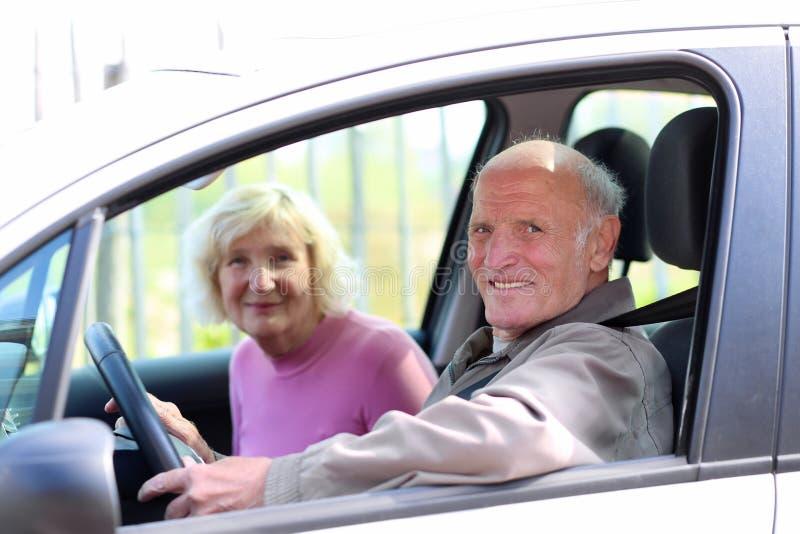 Ανώτερο ζεύγος που οδηγεί το αυτοκίνητο στοκ εικόνες