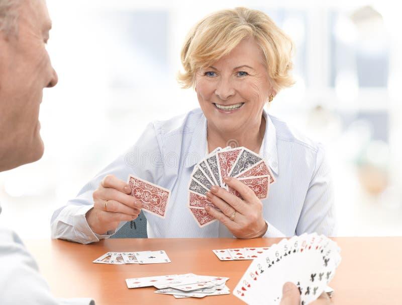 Ανώτερο ζεύγος που παίζει ένα παιχνίδι καρτών στοκ εικόνα με δικαίωμα ελεύθερης χρήσης