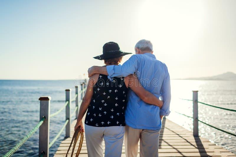 Ανώτερο ζεύγος που περπατά στην αποβάθρα από τη Ερυθρά Θάλασσα Άνθρωποι που απολαμβάνουν τις διακοπές βαλεντίνος ημέρας s στοκ φωτογραφίες με δικαίωμα ελεύθερης χρήσης