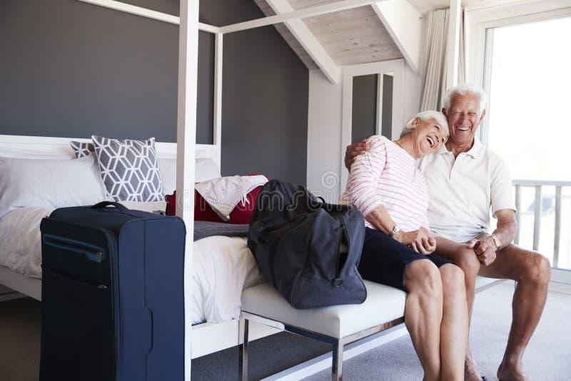 Ανώτερο ζεύγος που φθάνει στο ενοίκιο θερινών διακοπών στοκ εικόνα με δικαίωμα ελεύθερης χρήσης