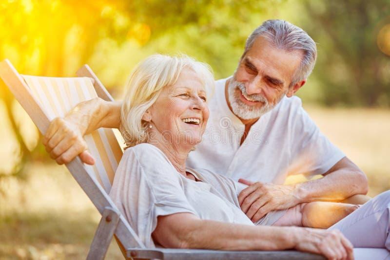 Ανώτερο ζεύγος σε καλοκαιρινές διακοπές στοκ εικόνα