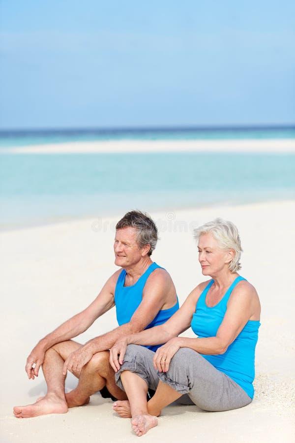 Ανώτερο ζεύγος στον αθλητισμό που ντύνει τη χαλάρωση στην όμορφη παραλία στοκ εικόνα με δικαίωμα ελεύθερης χρήσης