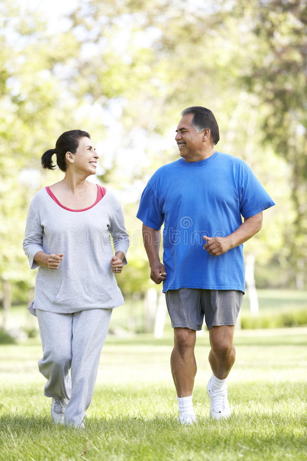 Ανώτερο ζεύγος Jogging στο πάρκο στοκ φωτογραφίες με δικαίωμα ελεύθερης χρήσης