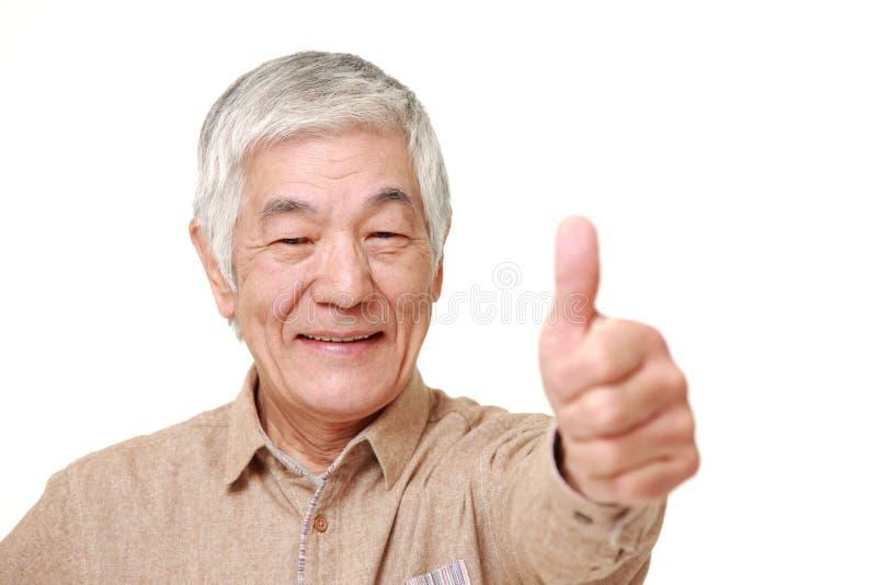 Ανώτερο ιαπωνικό άτομο με τους αντίχειρες επάνω στη χειρονομία στοκ φωτογραφία