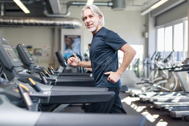 Ανώτερο καυκάσιο άτομο στη γυμναστική στοκ εικόνα με δικαίωμα ελεύθερης χρήσης
