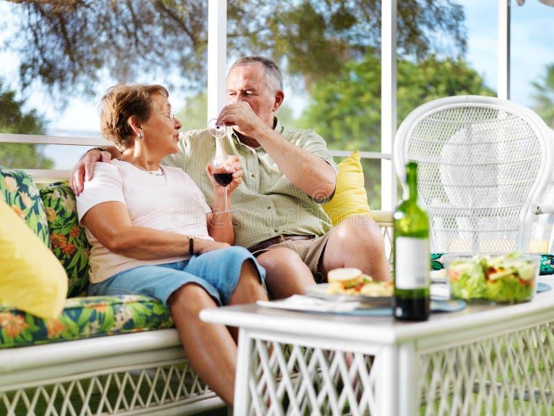 Ανώτερο κρασί κατανάλωσης ζευγών στοκ φωτογραφίες
