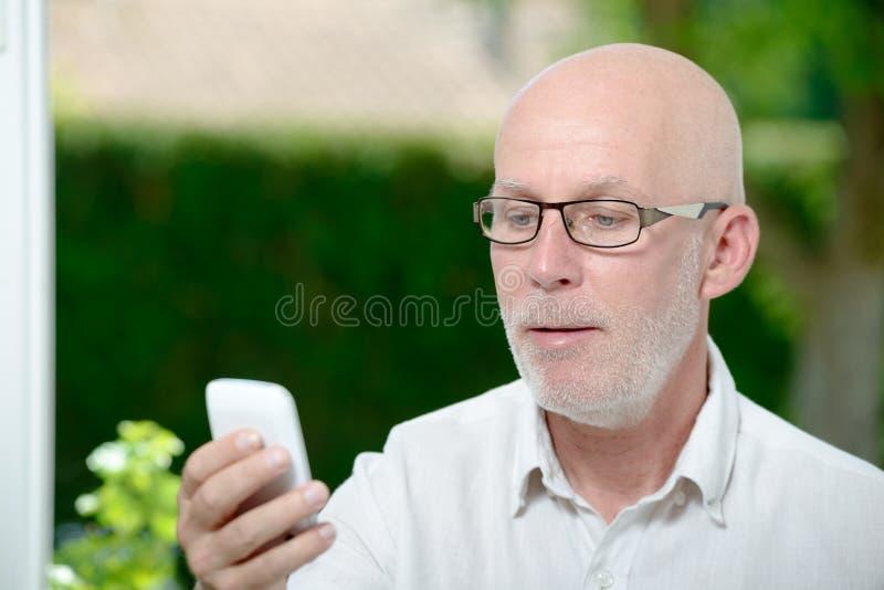 Ανώτερο μήνυμα ανάγνωσης ατόμων στο smartphone στοκ φωτογραφία με δικαίωμα ελεύθερης χρήσης
