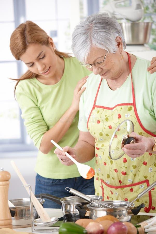 Ανώτερο μαγείρεμα μητέρων με την κόρη στοκ εικόνα με δικαίωμα ελεύθερης χρήσης