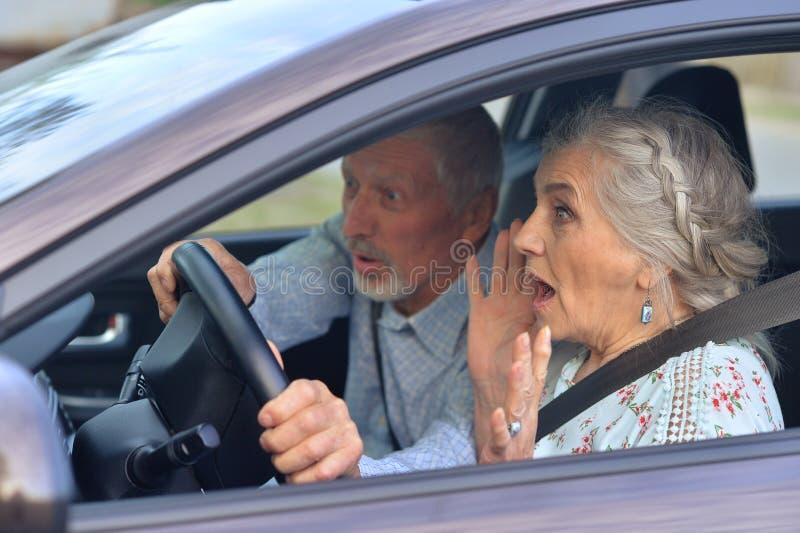 Ανώτερο οδηγώντας αυτοκίνητο ζευγών στοκ εικόνες