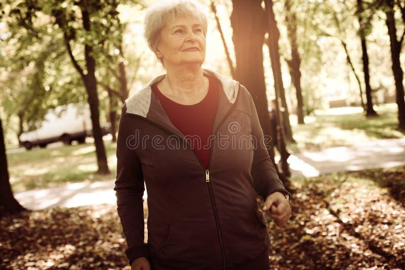 Ανώτερο πάρκο γουρνών γυναικών jogging μόνο στοκ φωτογραφίες με δικαίωμα ελεύθερης χρήσης