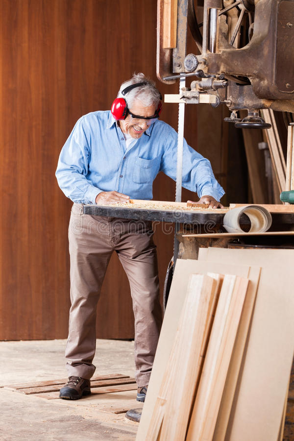 Ανώτερο τέμνον ξύλο ξυλουργών με την πριονοκορδέλλα στοκ εικόνες