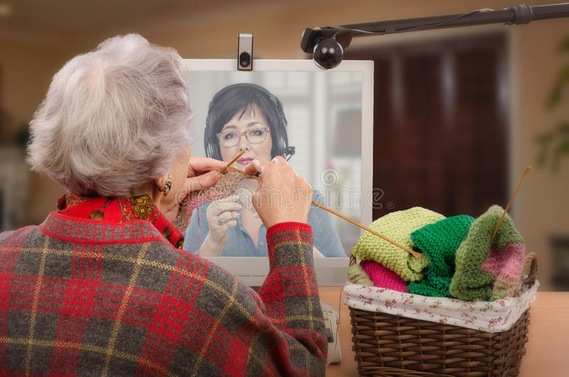 Ανώτερο knitter με τον ενήλικο αρχάριό της σε απευθείας σύνδεση στοκ εικόνες με δικαίωμα ελεύθερης χρήσης