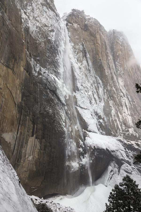 Ανώτερο Yosemite πέφτει εθνικό πάρκο Καλιφόρνια θύελλας χειμερινού χιονιού τοπίων πάγου στοκ εικόνα με δικαίωμα ελεύθερης χρήσης